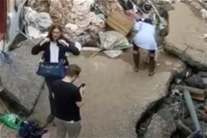 Germany: TV reporter apologizes for smearing mud on herself at flood site