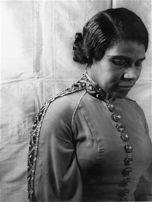 """Marian Anderson's Bone-Chilling Rendition of """"Crucifixion"""""""