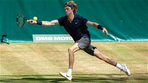 Andrey Rublevv digs deep to reach Halle semi-finals