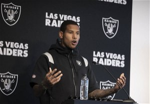 Raiders star tight end late addition to injury report