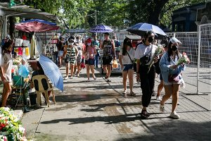 Visitors to Manila North Cemetery, early visits